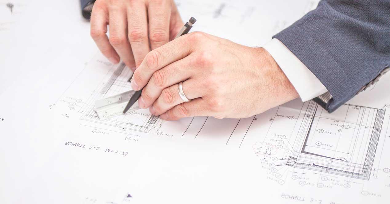 ingeniero dibujando