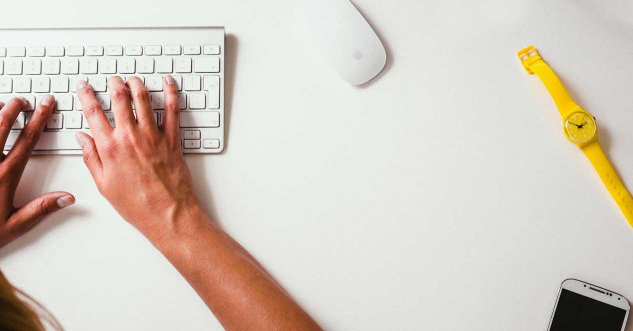 tecleo ordenador movil reloj